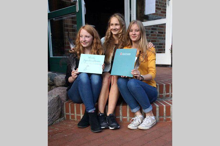 Jugend- Umweltpreis für die Schülerinnen des Marion-Dönhoff-Gymnasium: Kathleen Lindner, Ivy Stenzel und Else Meinke (von links nach rechts)